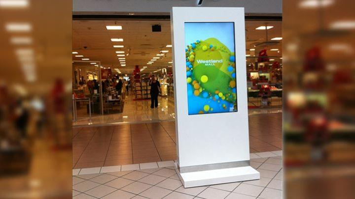 Рекламный монитор у входа в магазин